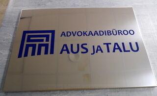 Ruostumattomasta teräksestä julkisivukyltti Advokaadibüroo Aus ja Talu