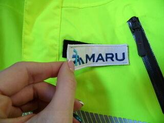 Tarranauhalla brodeerattu logo takkille Maru
